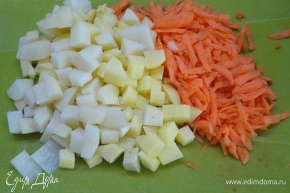 Выложите мясо с овощами в кастрюлю и залейте горячей водой. Добавьте натертую крупно морковь и картофель, нарезанный кубиками. Посолите по вкусу и варите до готовности овощей при медленном кипении.