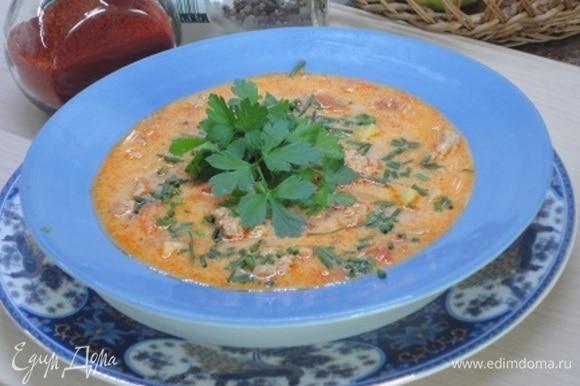 Влейте сливки или домашнюю сметану, доведите до кипения и приправьте черным молотым перцем. Суп готов! Подавайте горячим со свежей зеленью петрушки.