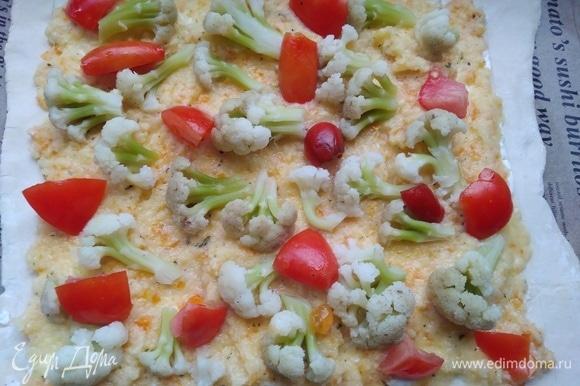 Сверху выложите овощную смесь, капусту и помидоры.