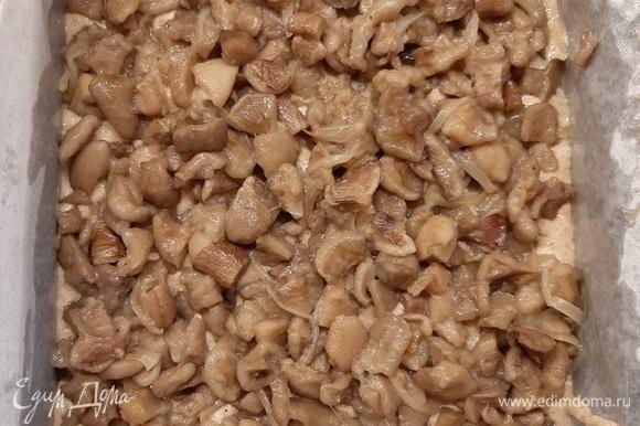 Сверху выложить начинку и поставить в духовку на 20 минут выпекаться при 180°C.