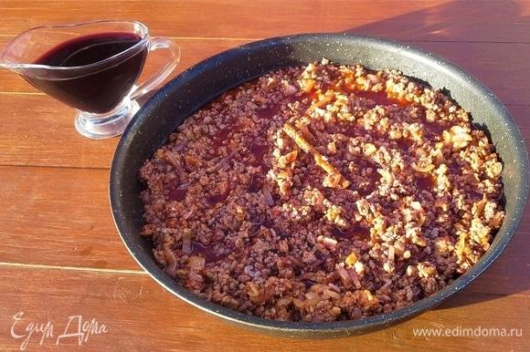 Баклажаны посыпать солью с двух сторон и отложить в сторону на 20 минут. В это время обжариваю лук с чесноком на оливковом масле, добавляю фарш. Несколько минут обжариваю, солю, кладу палочку корицы, томатное пюре и добавляю вино. Тушу под крышкой.