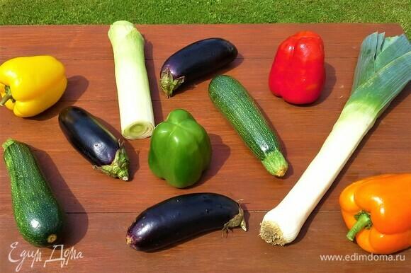Пробежимся по огороду, соберем свежие овощи с грядок. Промоем, обсушим и начнем готовить!