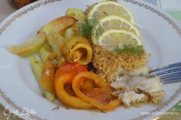 Запекайте в духовке 10–15 минут при 200°C. Подавайте рыбу с запеченными овощами или картофелем. Я открыла еще и баночку запеченного перца с маслом.