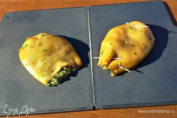 Не набивайте кальмары очень плотно, так как при жарке они уменьшаются в объеме.