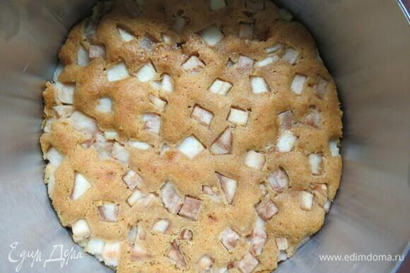 Готовность проверить на сухую зубочистку. Охладить на решетке. Подрезать бисквит под размер формы, в которой будете выпекать чизкейк, чтобы основа плотно прилегала к бортикам.