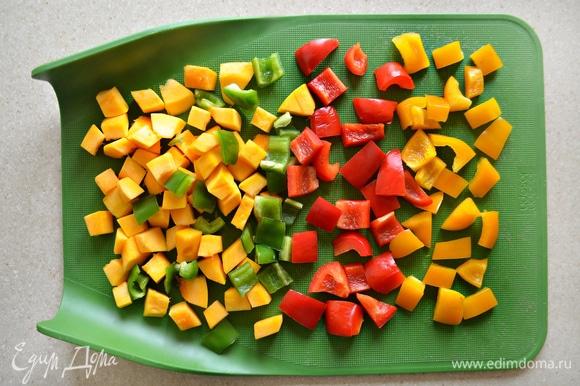 Нарезать все овощи небольшими кубиками.