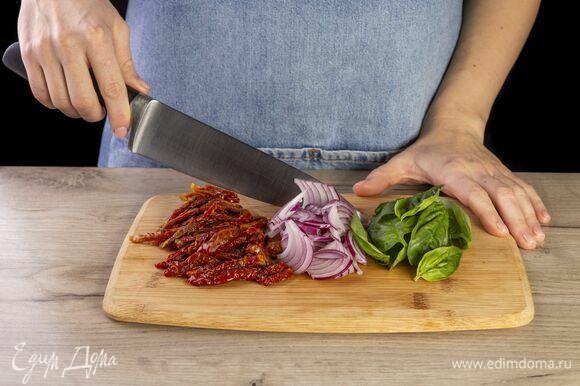 Лук и вяленые томаты нарежьте соломкой, базилик нарвите.