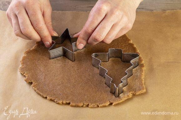 При помощи формочек вырежьте печенье.