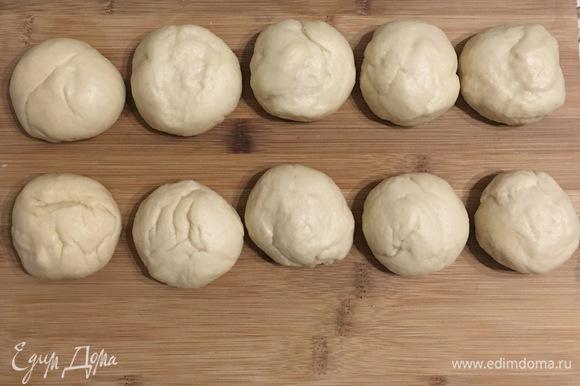 После подъема теста разделить его на 10 шариков примерно по 70 г, накрыть их пленкой и оставить на 20–30 минут.