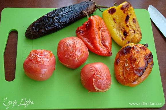 Разложить овощи на противне и запечь в разогретой до 200°C духовке с двух сторон.