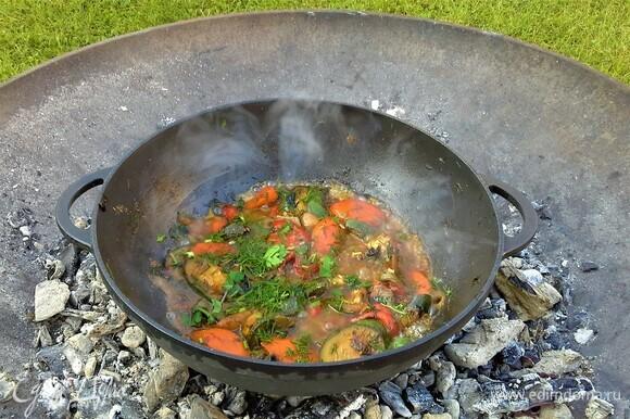 Самая вкусная еда та, что приготовлена в чугунной посуде на дровах. Зимой на даче не живем, поэтому не упускаем случая готовить вкусняшки а костре. На горячие угли поставим казан и хорошо его нагреем. Надо влить масло и обжарить лук. Добавлять овощи в такой последовательности: морковь, цукини, сладкий перец, зелень. Поэтапно все перемешивать. Добавить зелень, влить вино. Посолить, поперчить, посыпать кориандром. Перемешать, дать слегка выпариться вину. Добавить рыбный бульон. Перемешать.