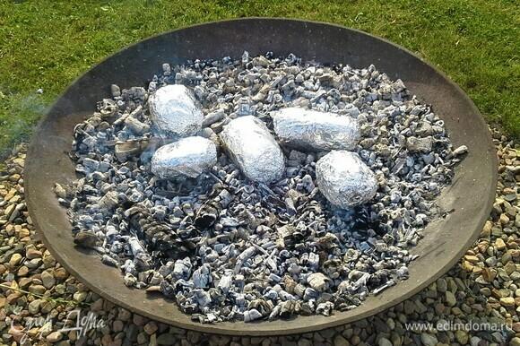 Запекаем картофель, закопав его в угли. Углей должно быть много — картошка должна быть полностью покрыта ими.