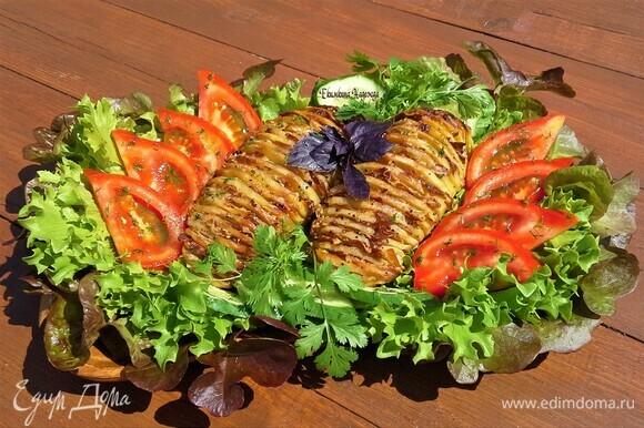 Уложить картофель на блюдо, посыпать свежим укропом, украсить зеленью и овощами. Можно подавать к столу.