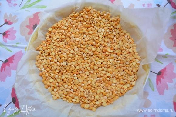 На тесто уложить пекарскую бумагу, высыпать сухой горох или фасоль. Выпекать 15 минут. Выпеченный корж достать из духовки. Бумагу с горохом удалить.