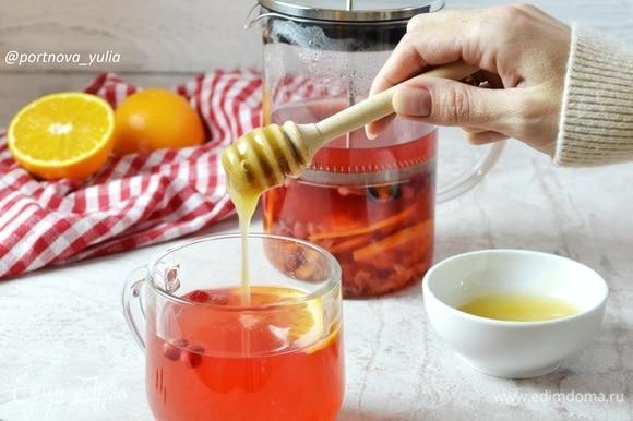 Разливаем чай по чашкам и добавляем по вкусу мед. Приятного чаепития!