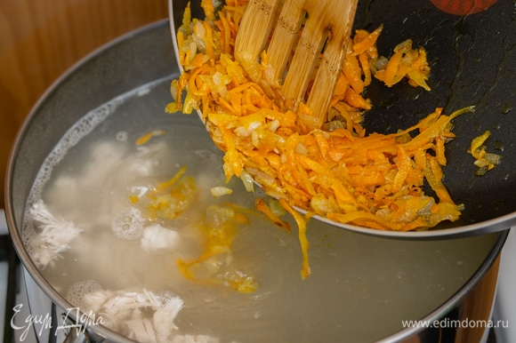 Подготовить овощную зажарку: слегка обжарить репчатый лук, затем к нему добавить тертую морковь. Совместно обжарить овощи на сковороде и добавить полученную зажарку в суп.