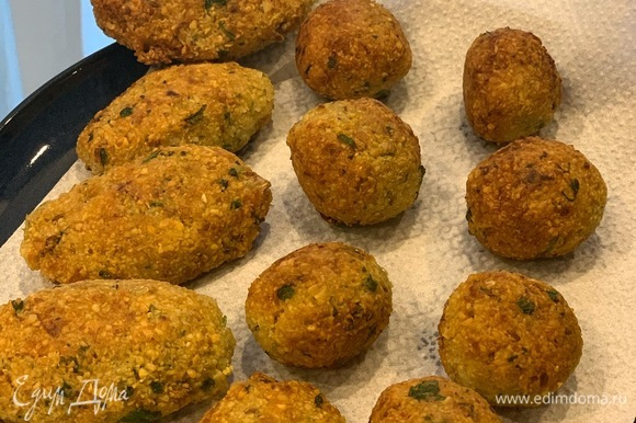 Формируем шарики и жарим до золотистого цвета в большом количестве масла. Откидываем на салфетку, чтобы впитался лишний жир.