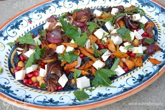 Петрушку и тархун порвать руками и посыпать салат.