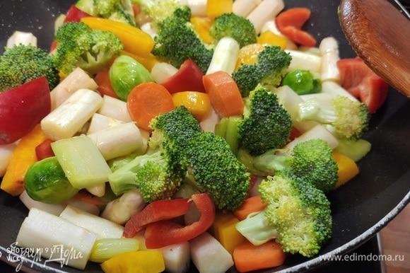 Выложить остальные овощи и жарить еще минуты 3–4.