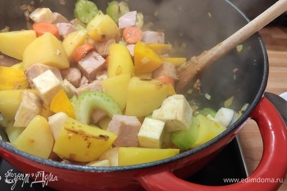 Выложить остальные овощи, жарить вместе еще минут 5.
