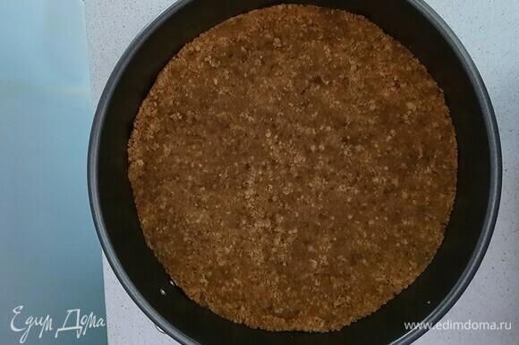 Выкладываем в форму для запекания и ставим в духовку на 10–12 минут при 180°C.