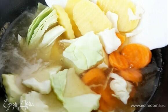 Морковь, картофель и капусту крупно режем. Достаем мясо и специи из бульона. Кладем овощи в бульон и варим до готовности ~20 минут.