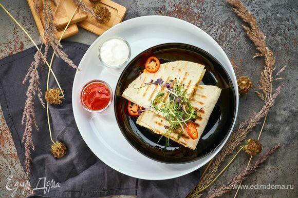 Подавайте со сметаной и кетчупом на тарелках Luminarc Friends time. Если будет вытекать соус — не страшно. Удобные бортики изящной тарелки не позволят вам испачкаться.