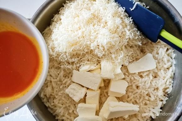 Варить рис в кипящей воде с солью в течение 15 минут. Шафран растворить в небольшом количестве горячей воды и добавить в уже приготовленный рис, туда же добавить тертый сыр и сливочное масло.