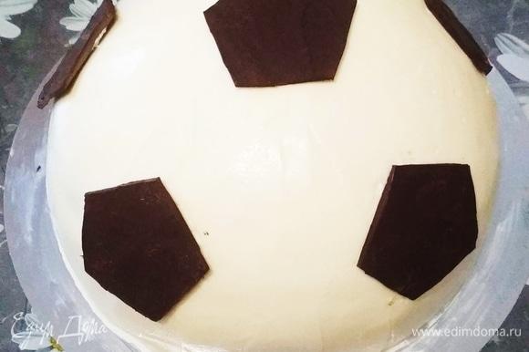 Пятиугольники я вырезала из шоколада, который растопила на водяной бане и разровняла на пергаменте.