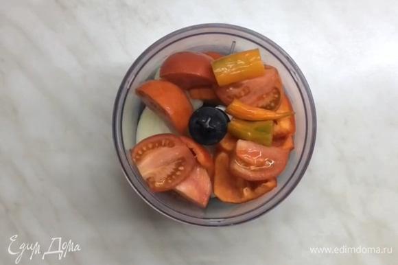 Готовим начинку. В блендер выкладываем кусочками лук, помидор, перец болгарский и, если любите острое, перец чили.