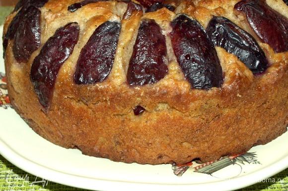 Даем пирогу остыть в форме не меньше 15 минут. Выкладываем из формы. Пирог подается теплым или холодным. К пирогу можно подать взбитые сливки, мороженое или заварной крем.