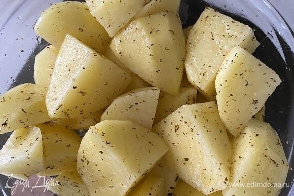 Картофель очистить, нарезать крупными кубиками, добавить соль и приправу, перемешать.