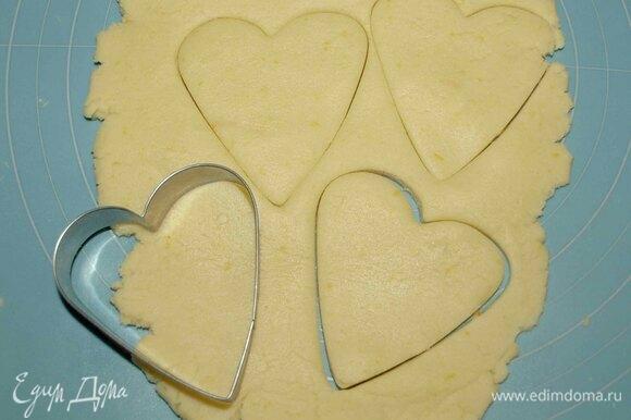 Тесто раскатать. Вырезать формочкой печенье. Аккуратно перекладываем на противень, выстеленный пекарской бумагой или силиконовым ковриком.