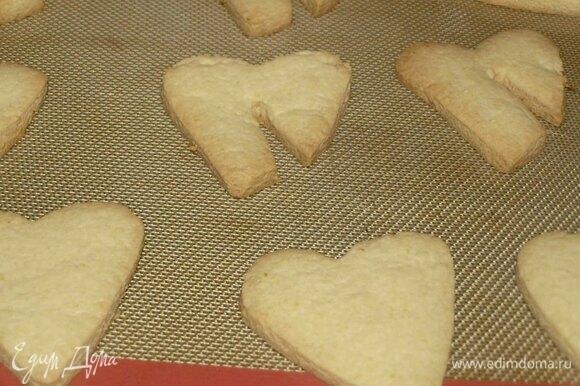 Отправляем в заранее разогретую духовку до 180ºC на 15–20 минут. Готовим, пока печенье не станет светло-золотистого цвета. Готовое печенье достаем из духовки и даем ему остыть на противне пару минут.