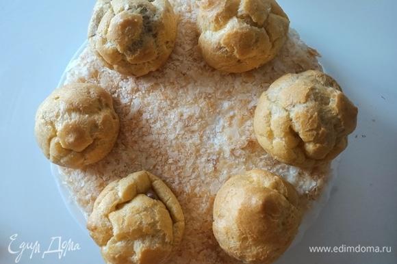Заварное печенье наполнить тремя видами крема. Уложить по краю торта, оставляя небольшое расстояние для крема.