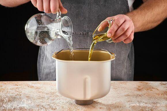 В чашу хлебопечки STARWIND влейте воду и оливковое масло.