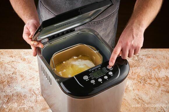 Установите чашу в хлебопечку. Включите программу «Тесто».