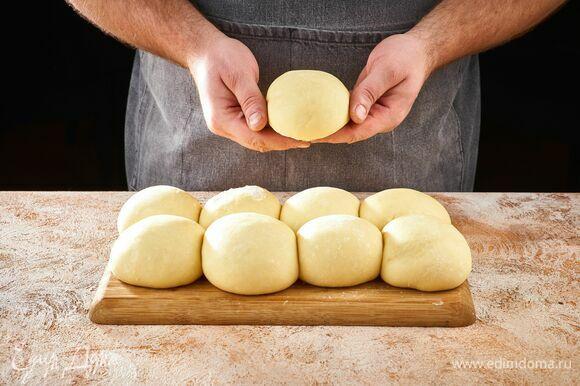 Готовое тесто немного обомните руками, разделите на несколько частей. Из каждой скатайте шарик.