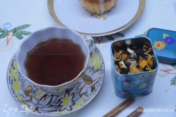 Переложить чайную смесь в герметичную емкость. Поставить в сухое и темное место на одну неделю, а еще лучше — на две. Заваривать около 5 минут.