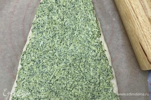 Шпинат и сливочный сыр измельчить в комбайне до состояния однородной массы, добавить соль и тертый сыр, все перемешать. На тесто выложить начинку, накрыть второй частью теста.