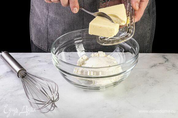 Творог пробейте блендером до однородности и смешайте с размягченным сливочным маслом.