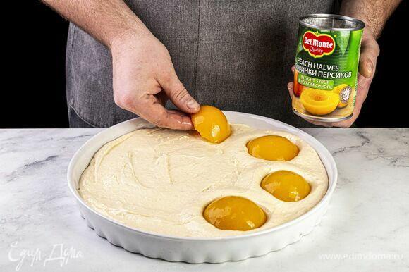 Форму выстелите пекарской бумагой. Вылейте получившееся тесто. Половинки персиков в легком сиропе Del Monte (1 банка — 420 г) выложите на тарелку и дайте стечь лишней жидкости. Выложите персики на тесто и слегка притопите. Посыпьте корицей. Выпекайте пирог 40 минут при 180°C в заранее разогретой духовке.