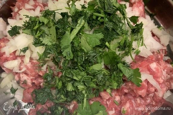 Нарезаем мелко лук и зелень, солим, перчим, смешиваем с фаршем.