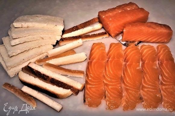 У хлеба срежьте корочки. Рыбу нарежьте тонкими полосками.