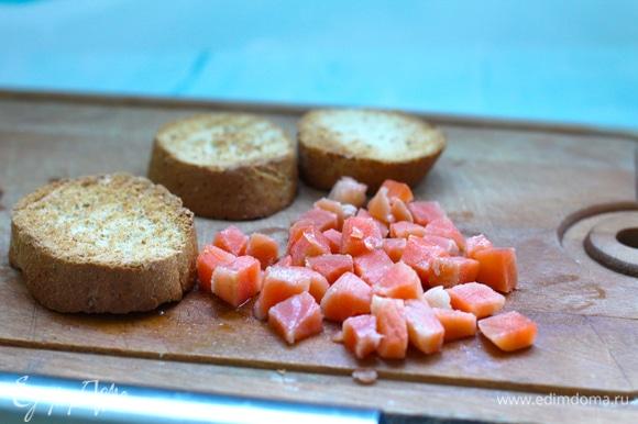 Лосося без кожи нарезать кубиками. Хлеб слегка подсушить на гриле или в тостере. Внутри он должен быть не пересушен, но корочка нужна устойчивая, чтобы от крема хлеб не размок.