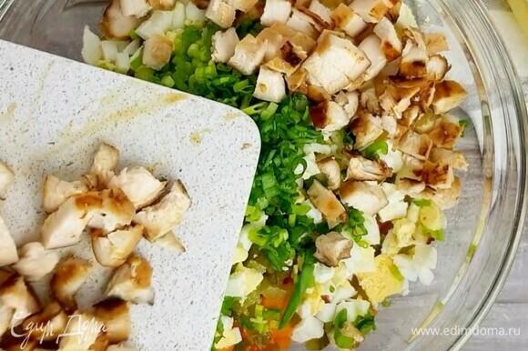 Отварные яйца, запеченные овощи и маринованные огурцы нарезаем мелким кубиком. Добавляем зеленый лук, горошек и куриное филе.