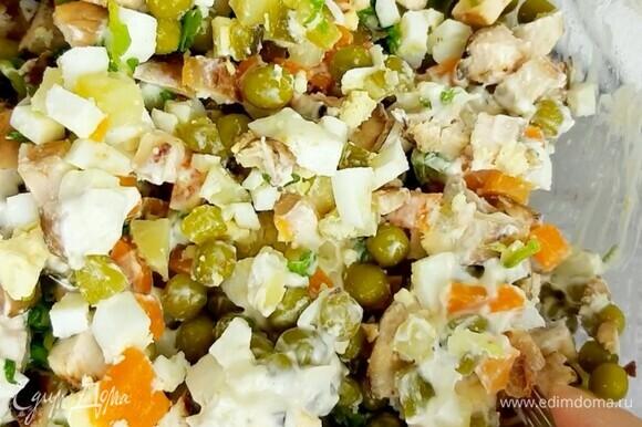 Заправляем салат майонезом или сметаной. Солим по вкусу. Приятного аппетита!
