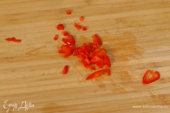 Перец чили мелко порубить.
