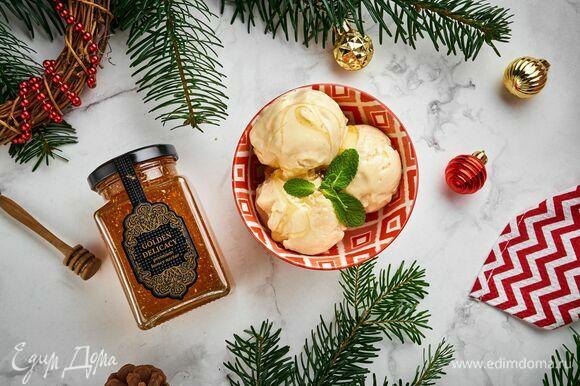 Готовое домашнее мороженое переложите в креманки и украсьте изысканным медовым деликатесом Golden delicacy ТМ «Мусихин. Мир мёда».
