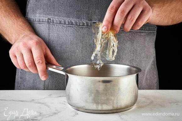 Когда сливки остынут до теплого состояния, добавьте к ним желатин и перемешайте до полного растворения.
